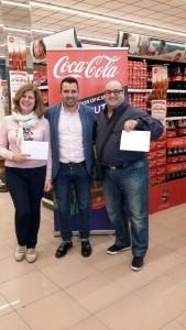 José Tirado entrega el premio a los ganadores del Hiper Centro de Palma