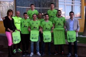 Juanito-jugadores-y-colaboradores-posan-con-las-camisetas-y-las-bolsas-conmemorativas-2
