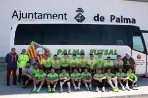 La-plantilla-posa-con-el-nuevo-autocar-del-Palma-Futsal-1-300x200