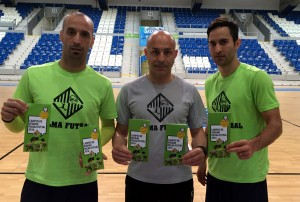 Vadillo, Juanito y Joao con el tríptico del campus de verano