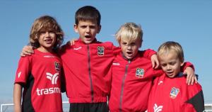 Los jugadores de categorías inferiores también participan en el vídeo.