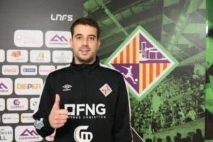 thumbnail_Fabio posa con el escudo del Palma Futsal (1)