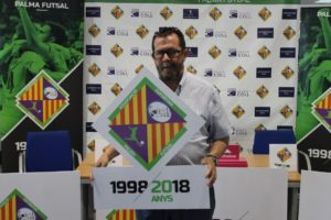 thumbnail_Miquel Jaume posando con el escudo del Palma Futsal