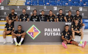 thumbnail_El equipo posa en Son Moix antes del segundo partido de playoff contra el Barça