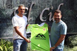 thumbnail_Mancuso y José Tirado posan con la camiseta del Palma Futsal delante del Hotel THB El Cid