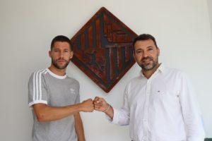 thumbnail_Raúl Campos y José Tirado se dan el puño con el escudo del Palma Futsal detrás (sin mascarilla)