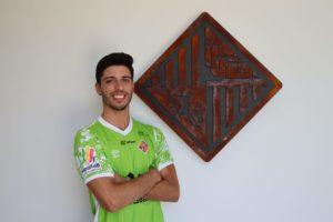 Nando-Torres-posa-delante-del-escudo-del-Palma-Futsal