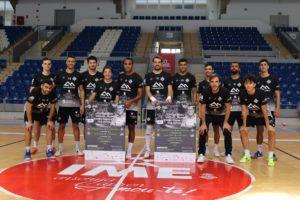 La-plantilla-del-Palma-Futsal-posa-con-el-cartel-del-I-Memorial-Miquel-Jaume