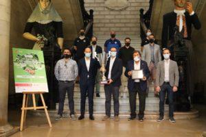 Los-asistentes-a-la-presentación-del-Trofeu-Ciutat-de-Palma-Grupo-Osa-posan-con-los-trofeos