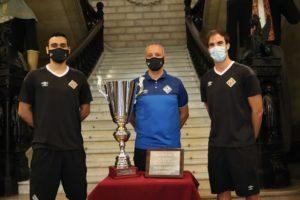 Tomaz-Vadillo-y-Barrón-posan-con-los-trofeos-del-Trofeu-Ciutat-de-Palma-Grupo-Osa-2