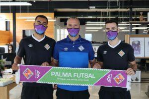 Diego-Nunes-Antonio-Vadillo-y-Eloy-Rojas-con-la-bufanda-del-Palma-Futsal-en-las-oficinas-de-Conectabalear