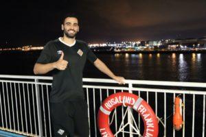 thumbnail_Tomaz posa en el barco de Balearia tras finalizar la pretemporada (1)